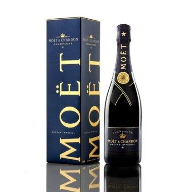 oet&Chandon Demi-Sec Nectar Imperial este o sampanie cu trasaturi rafinate care se face usor indragita atat cunoscatorilor maturi cat si celor ce doresc sa se bucure de un aperitiv sofisticat vibrant. Obtinuta prin procese de vinificatie deosebite, din strugurii Pinot Noir, Pinot Meunier si Chardonnay care indeplinesc caracteristicile exigente impuse de creator, isi dezvaluie spiritul dinamic cu orice ocazie. Perlajul fin ce se formeaza la deschidere, textura catifelata, corpolenta echilibrata sunt cateva dintre detaliile ce completeaza trasaturile elegante ale acestei bauturi.